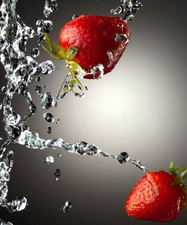 Strawberries-Water-Splash-Mobile-Wallpaper