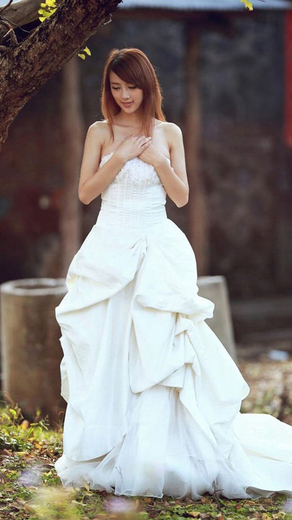 Pretty Woman in Wedding Dress iPhone Background