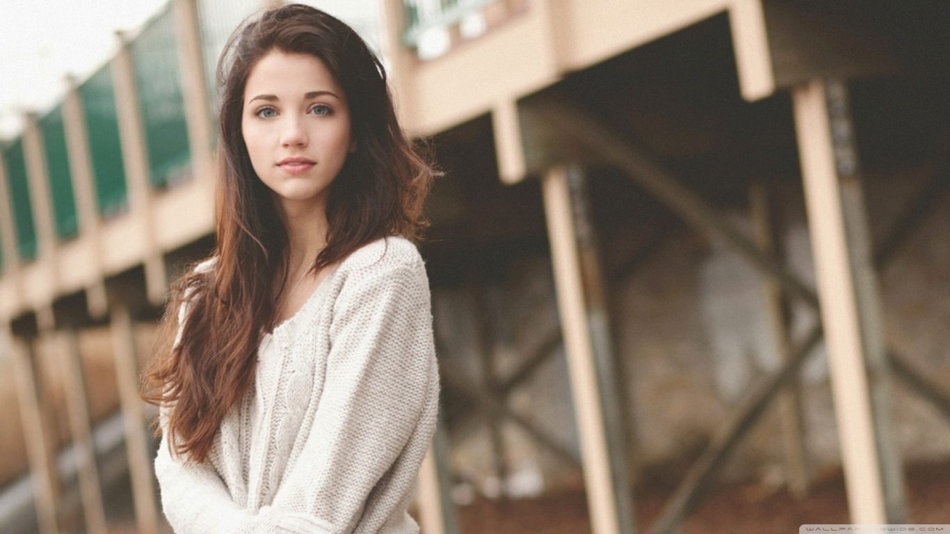 Emily Rudd Brunettes Girl Wallpaper