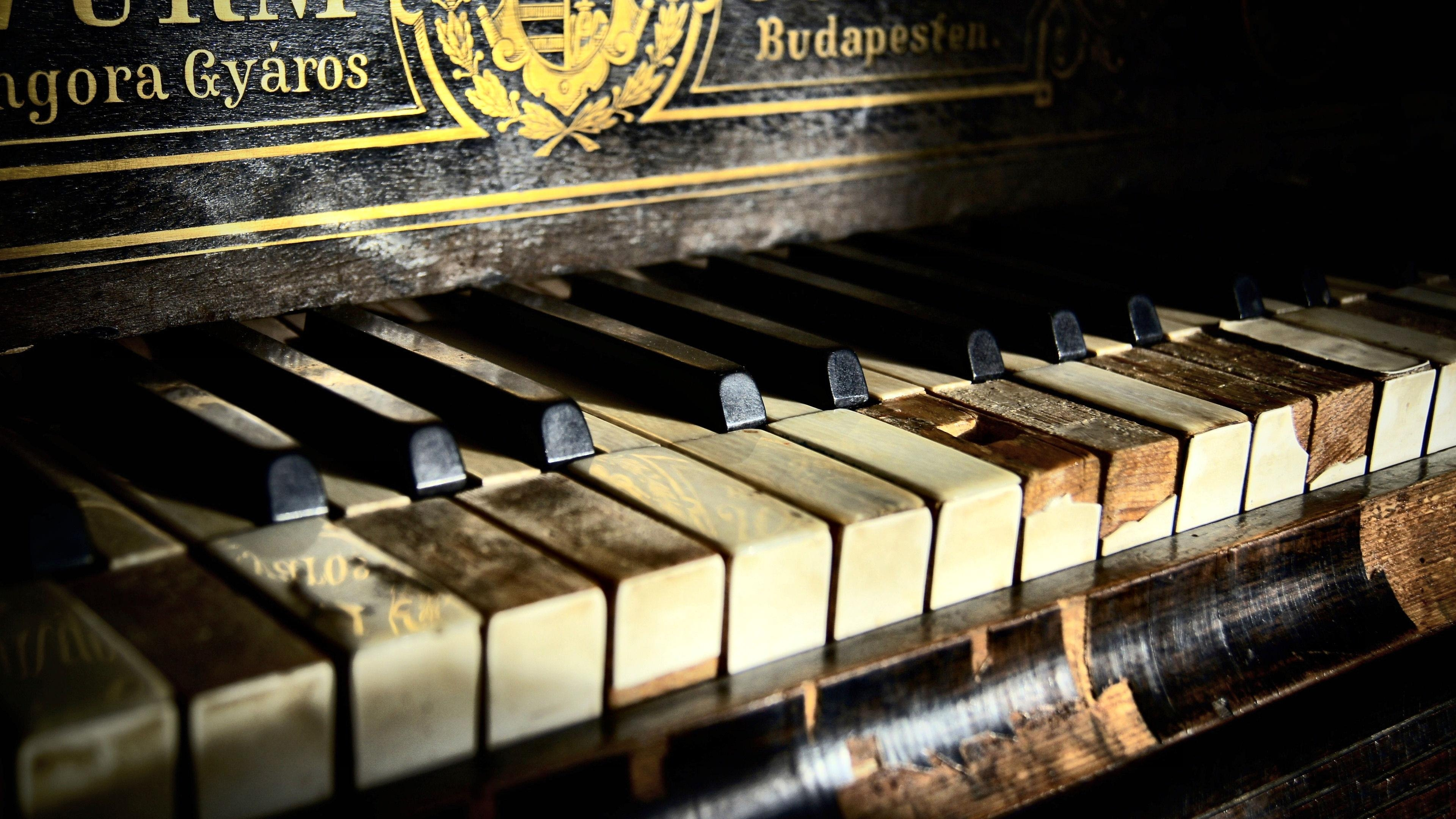 Old Piano Wallpaper