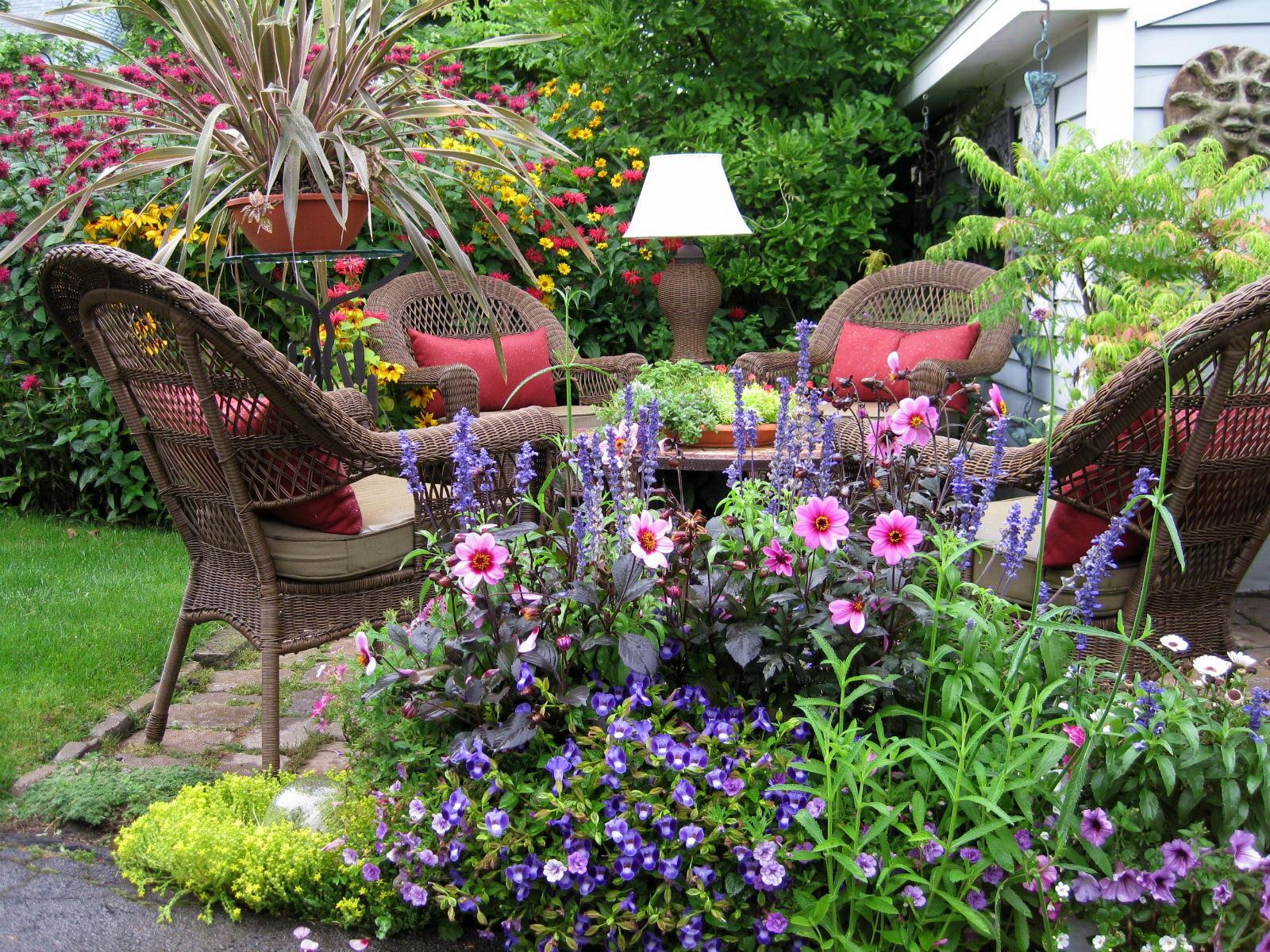 Resting Lawn Garden Wallpaper
